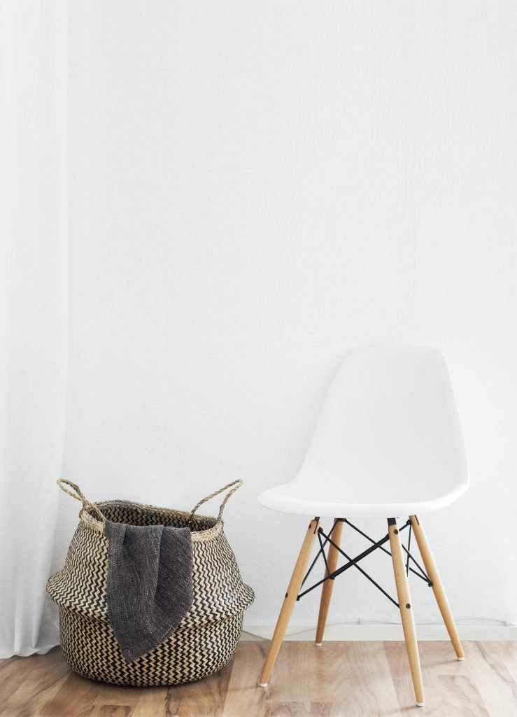 Storage baskets for blankets are a perfect kids room storage idea.)